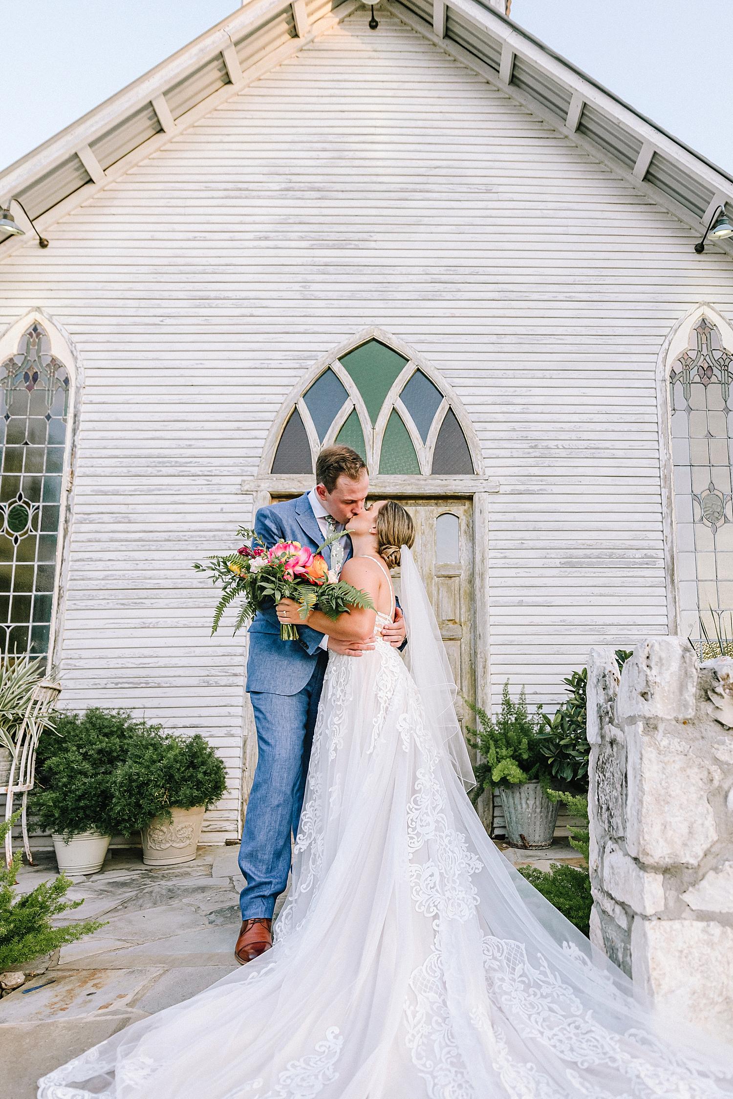 Gruene-Estate-Wedding-New-Braunfels-Bride-Wedding-Photos-Carly-Barton-Photography_0126.jpg